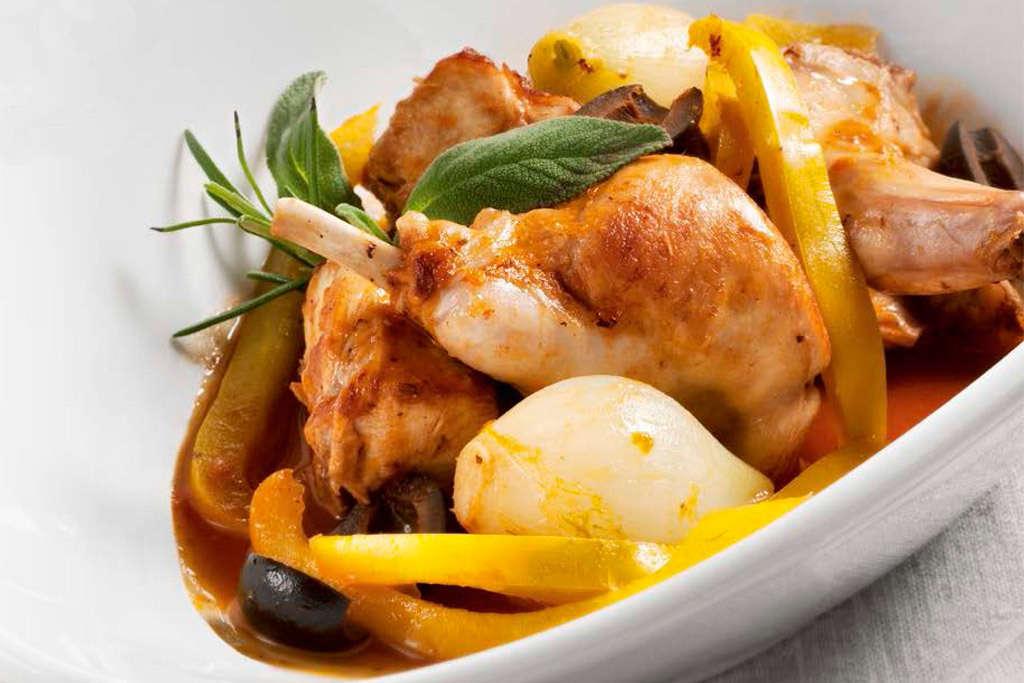 Coniglio in umido con scalogni, peperoni gialli e olive