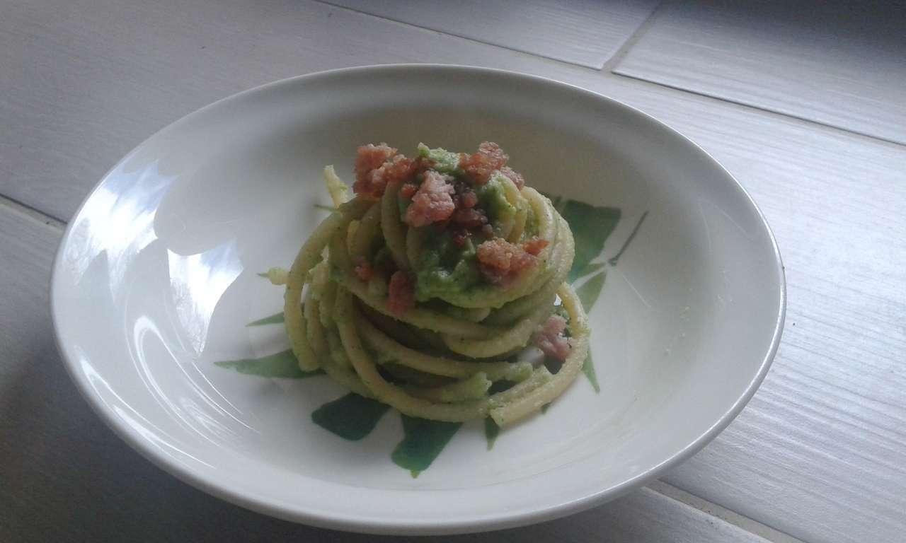 bucatini con crema di broccolo e salsiccia croccante