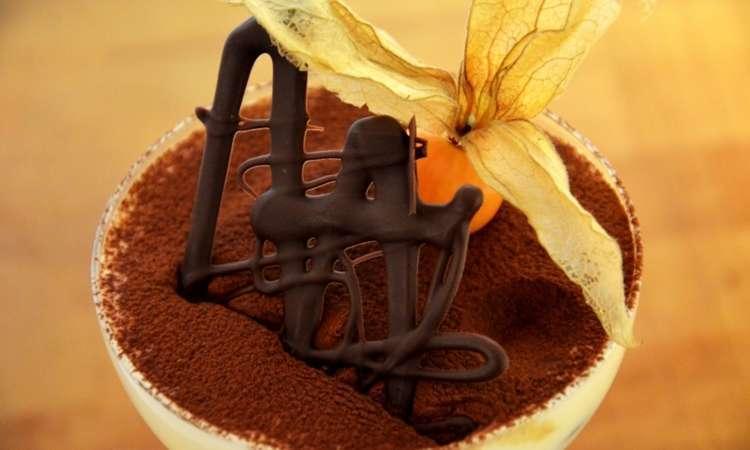 Tiramisù al bicchiere con biscotto brownie