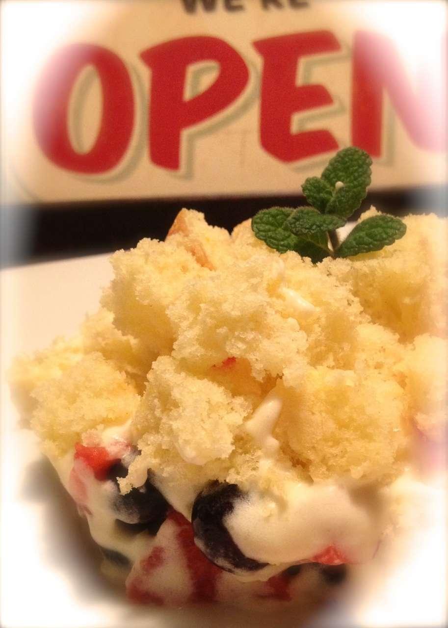 torta mimosa con frutti di bosco e chantilly al lime