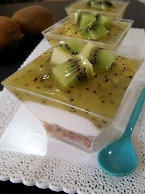 Bicchierini di chantilly allo yogurt e kiwi