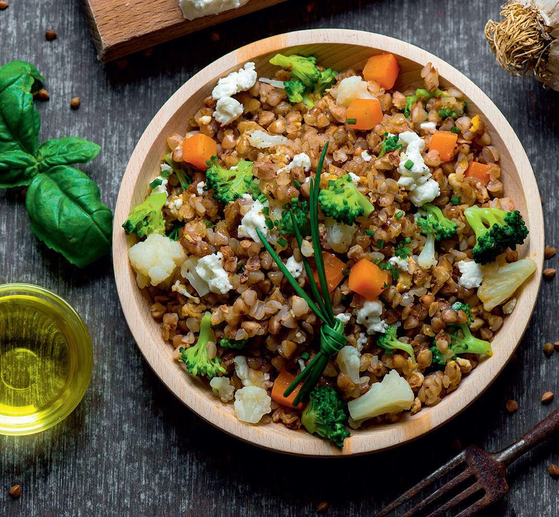 Piatto unico di grano saraceno e verdure d'autunno