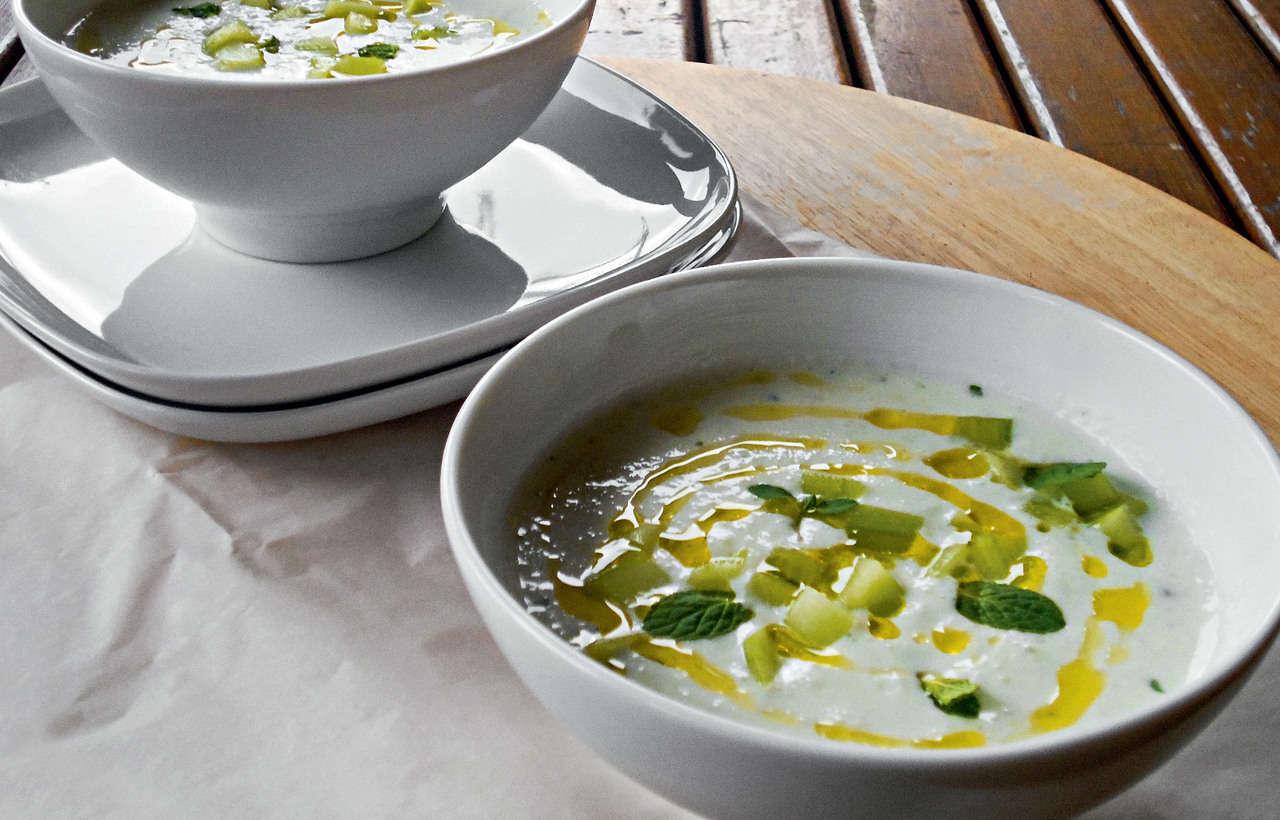 Zuppa rapida di melanzane e yogurt con panini di grano saraceno
