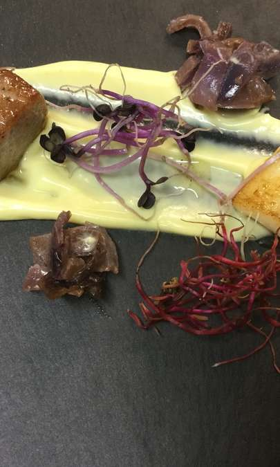 Trancetto di tonno e calamaretti piastrati, cipolla caramellat e maionese al wasabi